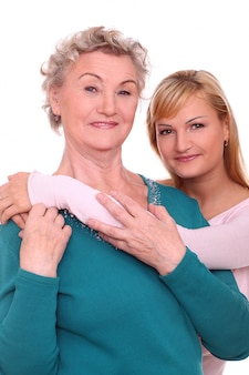 Мать и дочь позирует на белом