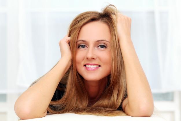 自宅で美しい若い白人女性