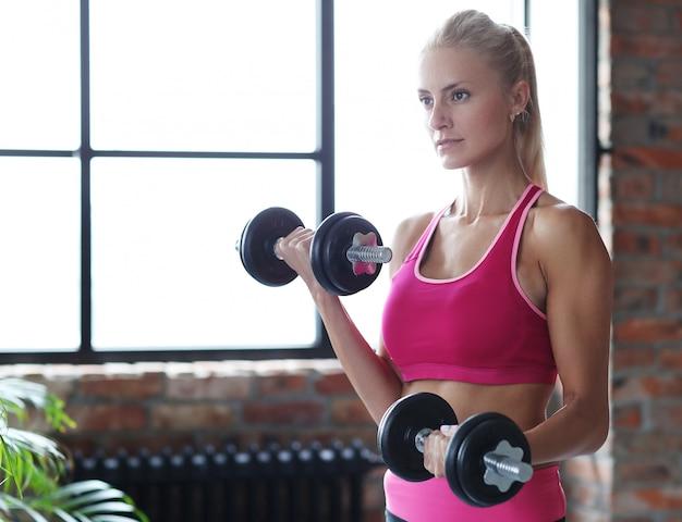 ダンベルフィットネス女性トレーニング