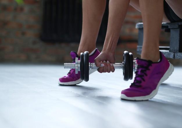 Фитнес женщина тренировки с гантелями
