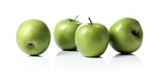 分離された緑のリンゴ