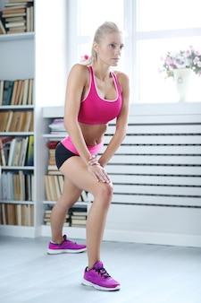 Фитнес женщина тренировки дома