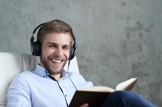 Красивый мужчина слушает музыку в наушниках