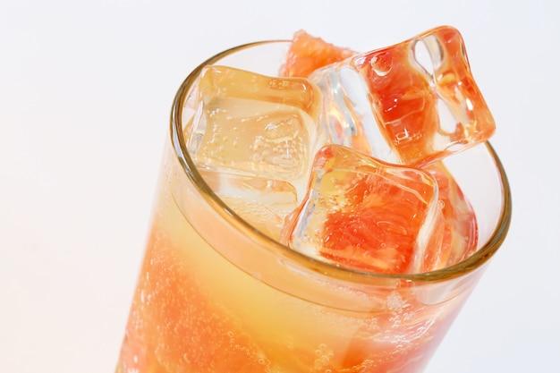 グレープフルーツジュースと氷