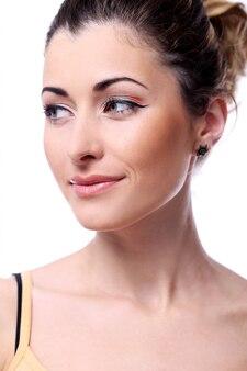 キュートでロマンチックな女性は彼女の素敵な表情を見せます