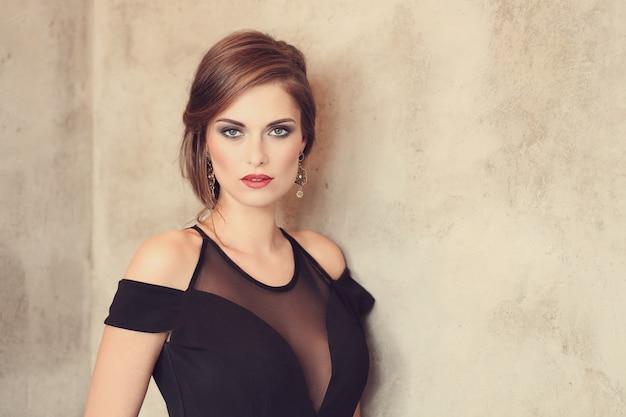 メイクポーズ、ファッション概念とエレガントで魅力的な女性