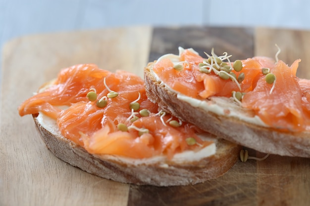 Канапе с копченым лососем по рецепту сливочного сыра