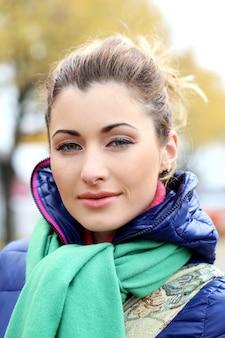 寒い秋の日に散歩をしているかわいい女の子