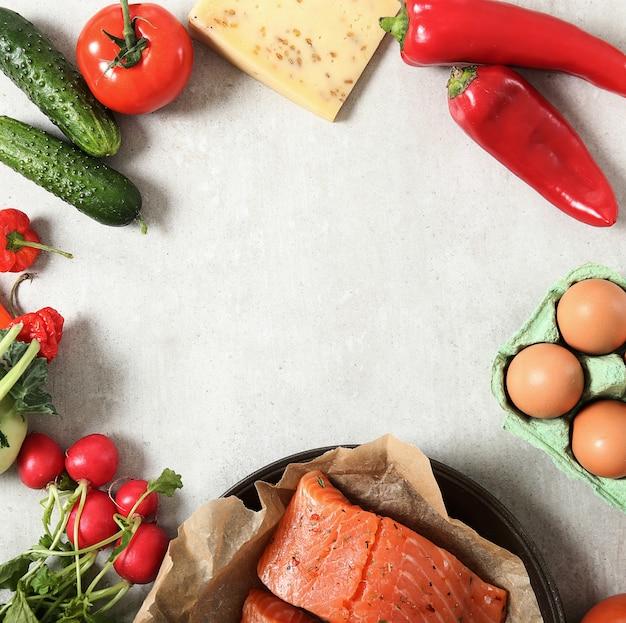 白い背景に、上面に野菜と生、のフレーム