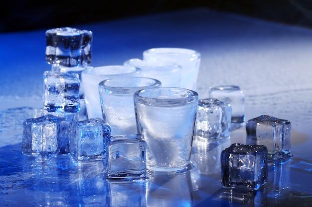 Замороженные бокалы с холодным напитком из алохола