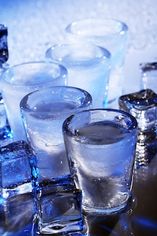 冷たいアルコール飲料と冷凍グラス