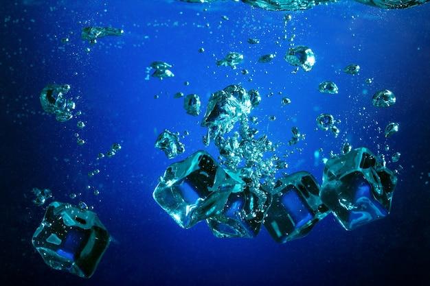Кубики льда с пузырьками под водой