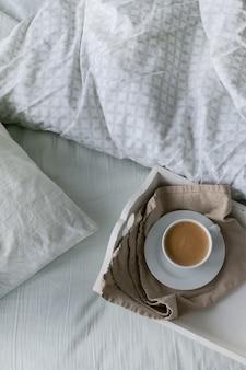 朝はベッドでコーヒー
