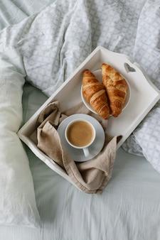 朝はベッドで朝食