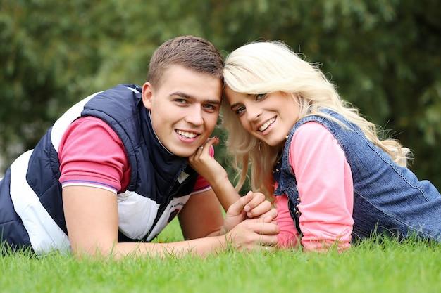 公園で自分の気持ちを表現する若いカップル