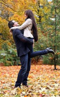 Взрослые пары, имеющие хороший семейный день в парке