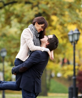 公園で良い家族の日を過ごしている大人のカップル