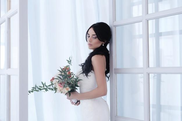 Красивая невеста с белым платьем