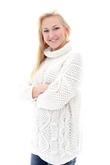 セーターを持つ美しい少女は本当に広い笑顔を持っています