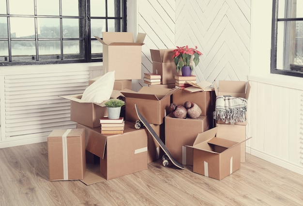 Переезд домой с картонными коробками
