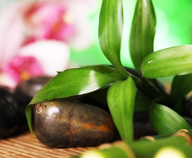 Спа и велнес, массаж камнями и цветами на деревянной скатерти