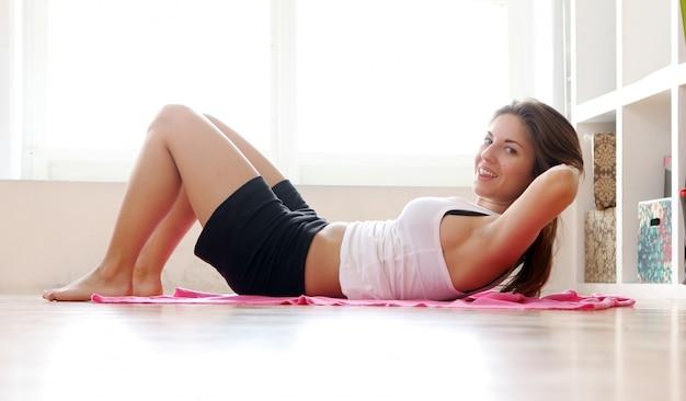 体操を行う若い女性