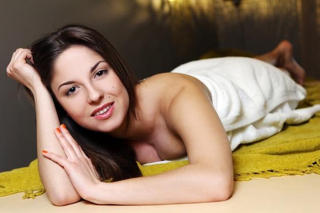 Молодая женщина расслабиться в спа-салоне