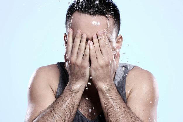 彼の顔を洗う男