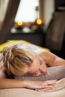 Молодая женщина расслабиться в роскошном спа