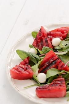 Арбузный салат на белой тарелке