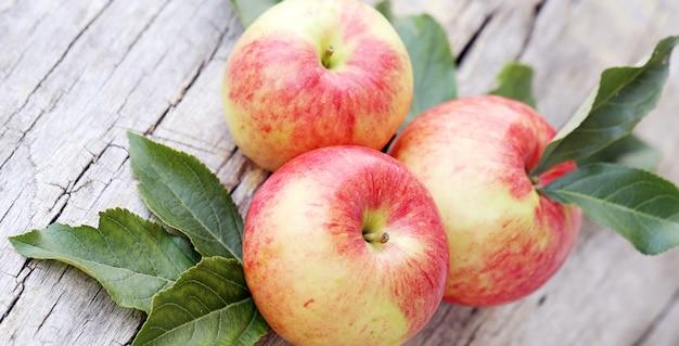 Яблоки на деревянной поверхности