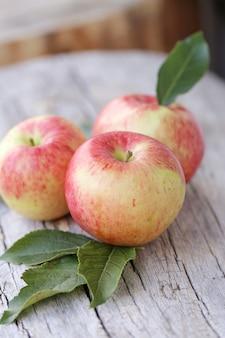 木製の表面にリンゴ