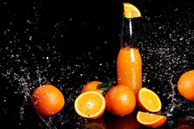 水の飛散と新鮮なオレンジ色の飲み物