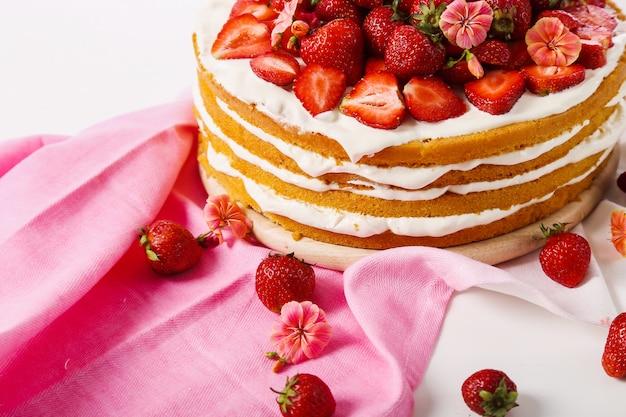 Торт с вишней и клубникой