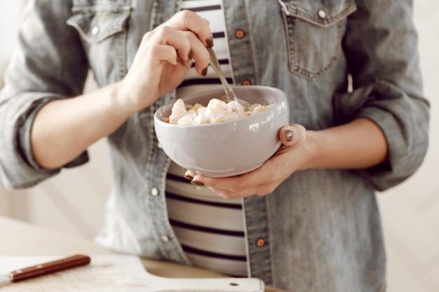 Молодая женщина готовит завтрак