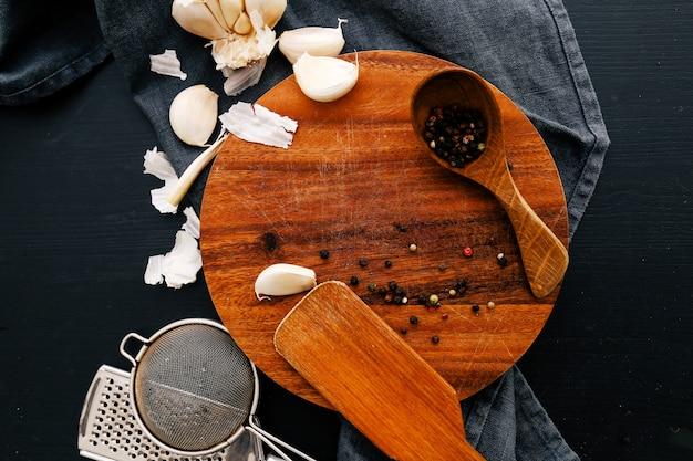 スパイスとキッチンカウンターの木製機器