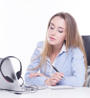Оператор звонка смотрит информацию на ноутбуке