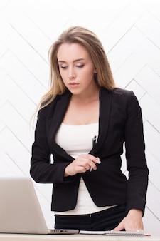 黒のジャケットを持つ女性実業家