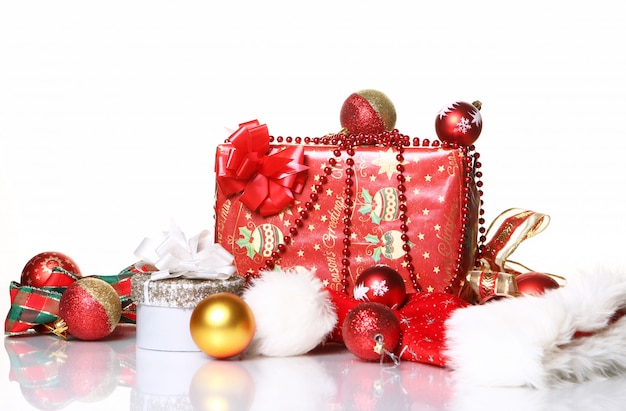 Композиция из новогодних украшений и подарочных коробок