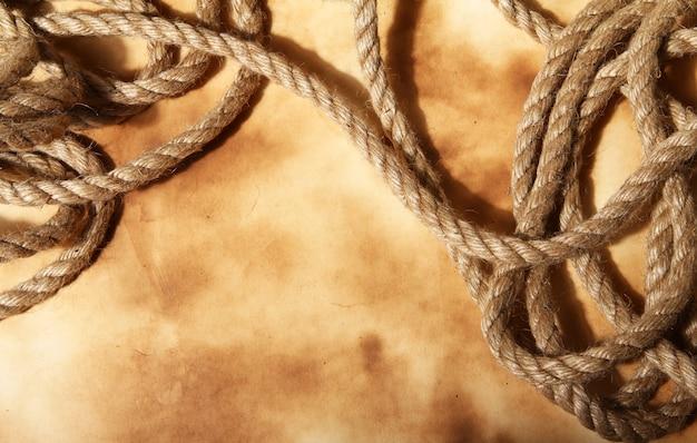 古い紙の背景にロープ