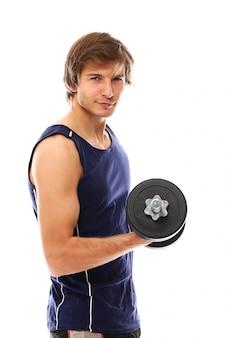 ダンベルを保持しているスポーツウェアを持つ運動青年