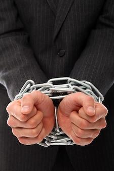 鎖を持つ若者の手
