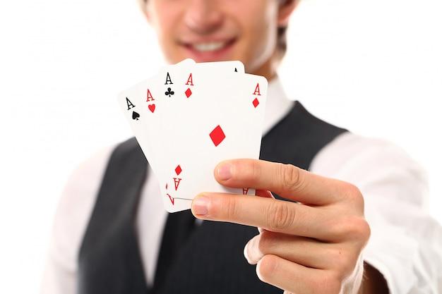 ポーカーカードを持つ若者