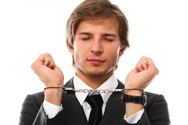 手錠でハンサムな青年実業家の肖像画