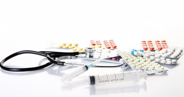 異なる医薬品のものと聴診器