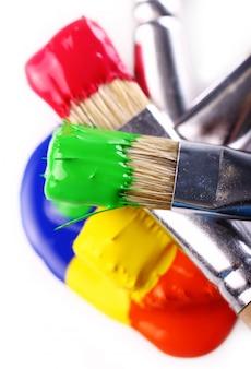 Разноцветные краски и кисти