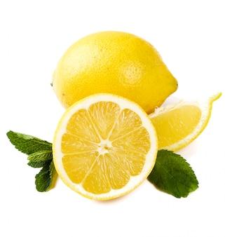 テーブルの上のレモン