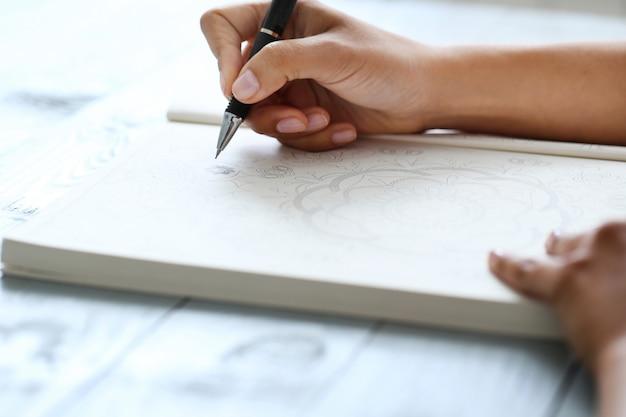 Женщина с ручкой