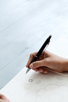 ペンを持つ女性
