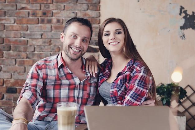 カフェで美しいカップル